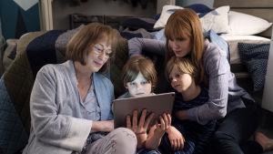 Mary Louise (Meryl Streep) läser för barnbarnen Josh och Max (Cameron och Nicholas Crovetti) medan deras mamma Celeste (Nicole Kidman) sitter bredvid och lyssnar.