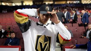 Marcus Kallionkieli sätter på sig Vegas Golden Knights kläder.
