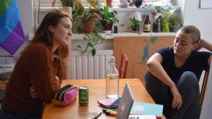Linnéa (Siri Fagerudd) och Ellen (Vivi Lindberg) inför en tagning i ett kök.
