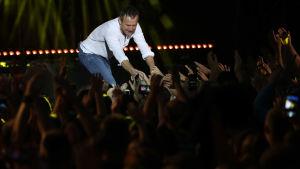 Partiledaren och rockstjärnan Syatoslav Vakarchuck håller en gratiskoncert i Kiev före parlamentsvalet.