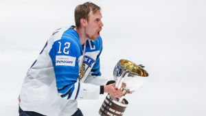 Marko Anttila lyfter pokalen