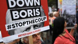 Demonstrater utanför parlamentet kräver Boris Johnsons avgång bara sex veckor efter att han tillträdde