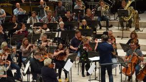 Nick Davies dirigerar framför Vanda orkester.