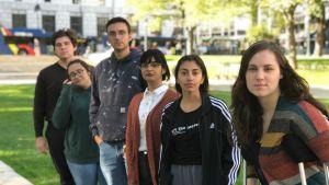 Klimataktivister poserar i en park.