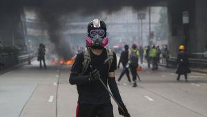 En del av demonstranterna var välutrustade för kravaller, i bakgrunden en av de många eldar som tändes av dem.