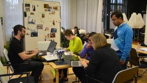 Studerande på Nasa Space Apps Challenge i Vasa.