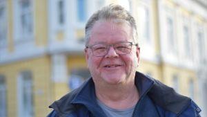 Jan-Mikael Ekholm i närbild framför Ekenäs gamla stadshus.