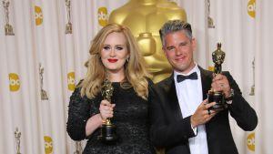 Adele och Paul Epworth med sina Oscarstayetter.