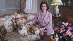 På bilden syns den skådespelaren Olivia Colman som spelar drottning Elizabeth i tv-serien The Crown.