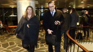 Heidi Nieminen och Tuomas Aarto går mot kameran.