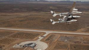 SpaceShip2 lentää White Knight 2 -lentokoneen alle ripustettuna New Mexicossa olevan, toistaiseksi toimettoman avaruuslentokentän ylitse.