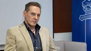 Rikoskomisario Hannu Kortelainen Pasilan Poliisitalolla.