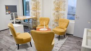 gula stolar kring ett bord