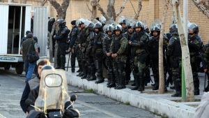 Kravallpolis blockerar gatan utanför den brittiska ambassaden i Teheran i väntan på anti-brittiska demonstranter 12.1.2020