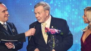 Taisto Olenius får pris på finlandssvenska idrottsgalan 2020.