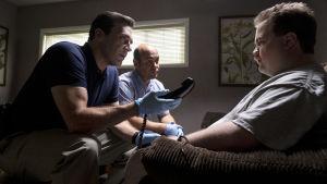 FBI-agenten Tom Shaw (Jon Hamm) och en annan agent förhör Richard Jewell (Paul Walter Hauser).