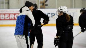 Pasi Mustonen ger anvisningar åt en spelare på isen.