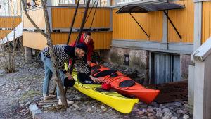 Kaisa och Christoffer Leka kollar in sina kajaker.