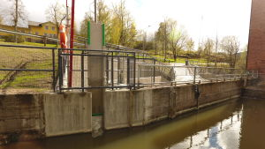 Öppning till en fiskväg från övre sidan. fiskvägen är i betong.