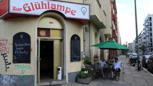 En gata och baren Zur Glühlampe i Berlin