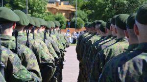 Alokkaat vannovat sotilasvalaa Porvoossa.