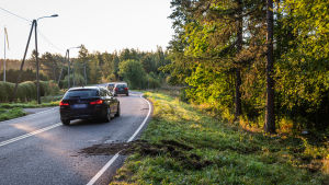 Bilar kör längs en slingrig väg