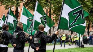 Personer från Nordiska motståndsrörelsen protesterar.