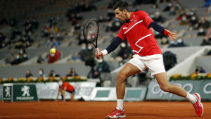 Novak Djokovic slår en boll i Franska öppna.