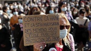 """""""Mot hat och stigmatisering"""", """"Stöd skolorna, skydda lärarna"""", står det på demonstarnternas skyltar i Montpellier 18.10.20209medel"""