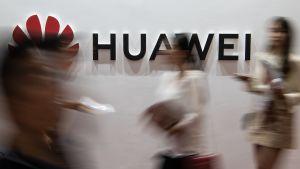 Huawei-logon fotograferad på en mässa i Peking i augusti 2019.