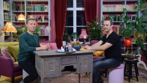 Nicke Aldén och Alexey Kriventsov sitter i Strömsös bibliotek på varsin sida av en byrå på varsin pall och tittar in i kameran.