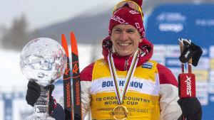 Aleksandr Bolsjunov poserar med världcuptrofén.