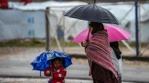 En kvinna och två barn fotograferade i lägret Roj, där anhöriga till misstänkta IS-medlemmar också hålls. Bilden är tagen den 4 februari.