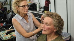 Glenn Close  får håret fixat av Patti Dehaney inför en inspelningsdag i samband med Hillbilly Elegy.