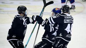 Ruben Rafkin, Juuso Pärssinen och Lauri Pajuniemi firar mål.