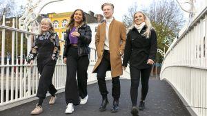Au pairit Irlannissa sarjan henkilöt Ada, Luna, Igi ja Nea kävelevät sillalla Dublinissa ja hymyilevät.