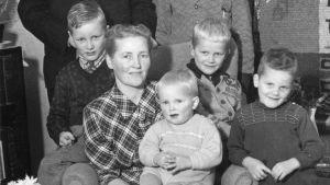 Aili Mäkelä perheineen 1950-luvun alussa.
