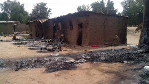 Bilden visar det som är kvar av ett hus efter en annan attack utförd av Boko Haram i Nigeria tidigare i år. Då dödades 70 personer.