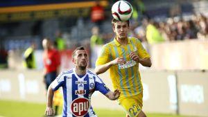Erfan Zeneli spanar in bollen under matchen mot Astana.