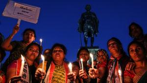 Ljusprotest mot frigivandet av den unge man som deltog i gängvåldtäkten 2012.