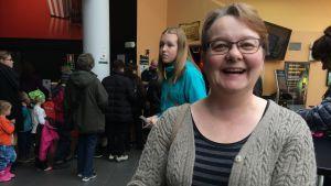 Kielentutkija Lea Nieminen (Jyväskylän yliopisto) menossa Tatu ja Patu -elokuvan ensi-iltaan.