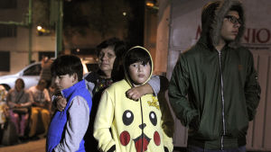 En familj väntar ute i det öppna efter att jordskalvet skakade om Mexico City.