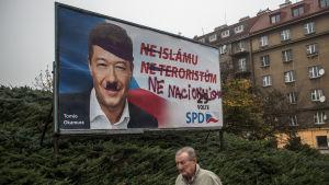 Den tjeckiska politikern Tomio Okamura har fått Hitlermustasch på en valaffisch.