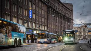 Busseja ja raitiovaunu liikenteessä.