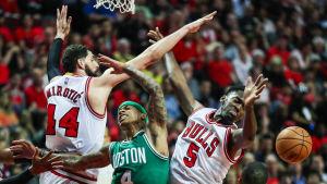 Nikola Mirotic och Bobby Portis försvarar korgen för Chicago Bulls.