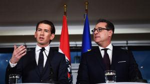 Kurz och Strache håller presskonferens.
