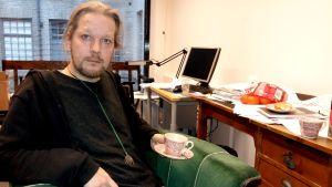 Filosofen Olli Lagerspetz i sitt arbetsrum.