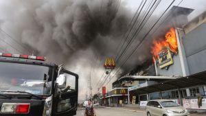 Köpcentrum brinner i Davao i Filippinerna.
