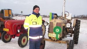 Håkan Stenfors framför sin Zetor 25K