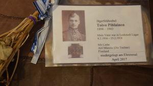 Jägaren Toivo Pihlainens dotter Airi Mietola var på besök i Lockstedter lager och lämnade ett minneskort efter sig
